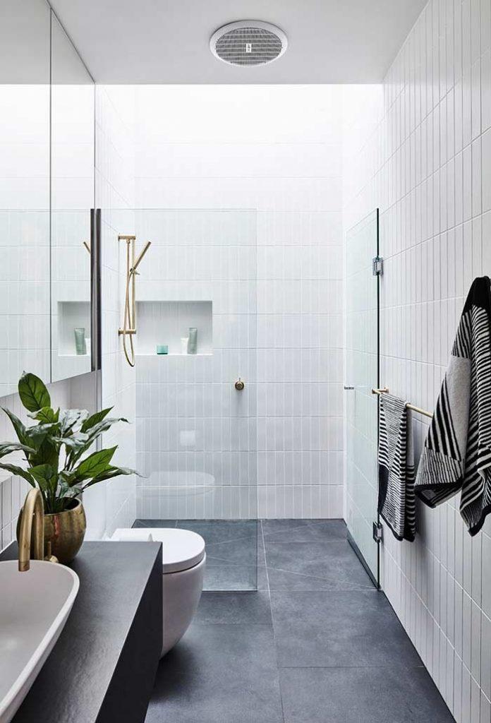banheiro pequeno e simples com piso frio