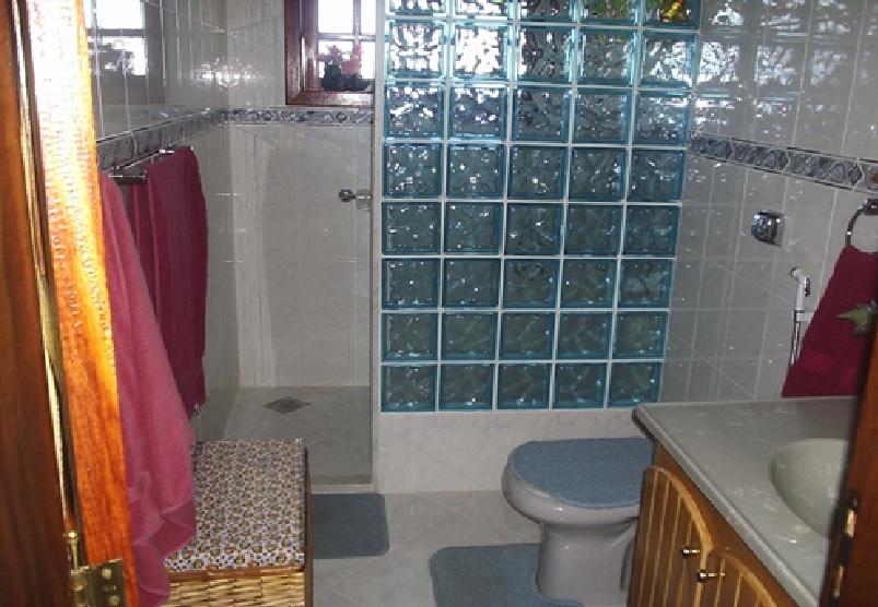 box de tijolo de vidro no banheiro