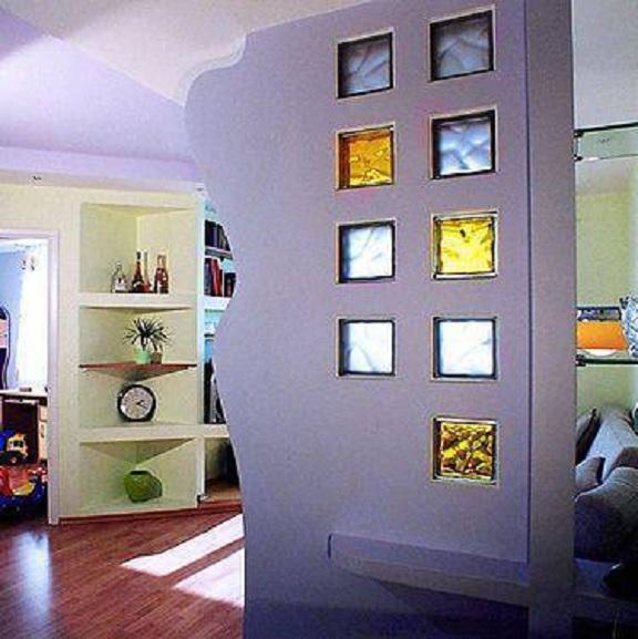 parede com tijolo de vidro colorido