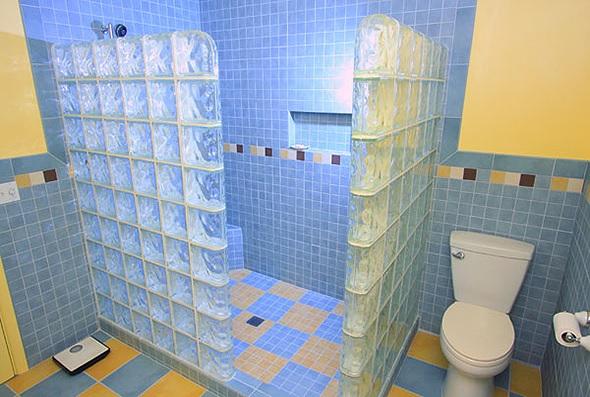 tijolo de vidro no banheiro