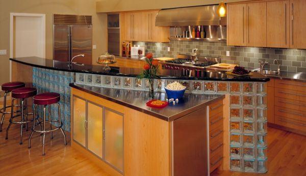 tijolos de vidro na cozinha americana