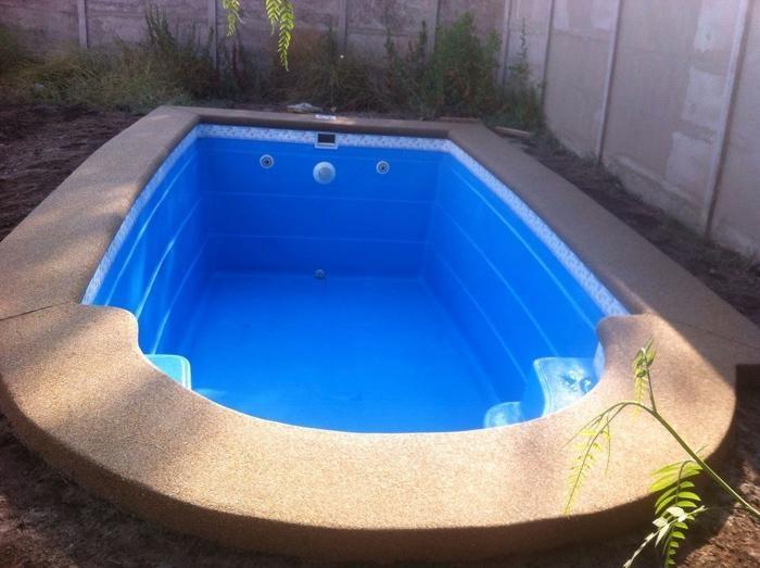 piscina de fibra acima do solo pequena