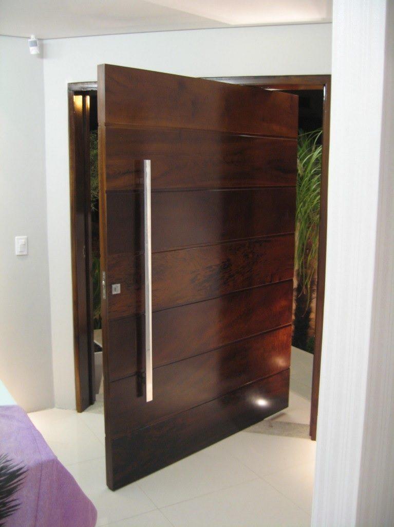porta externa de madeira pivotante