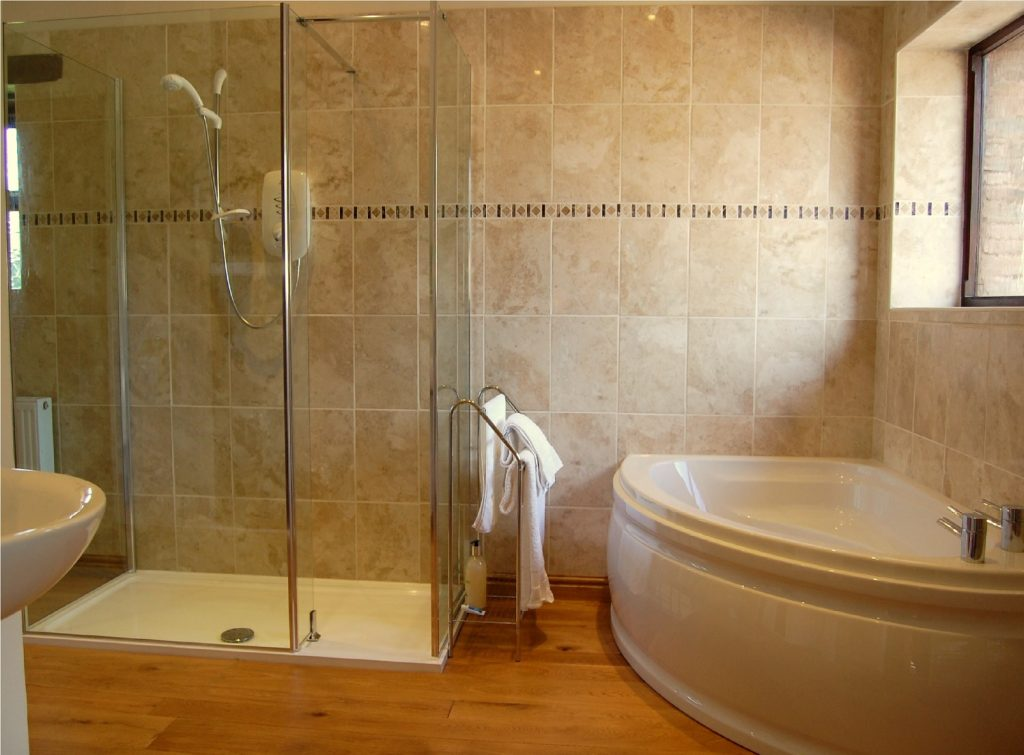 banheiro pequeno com box e banheira