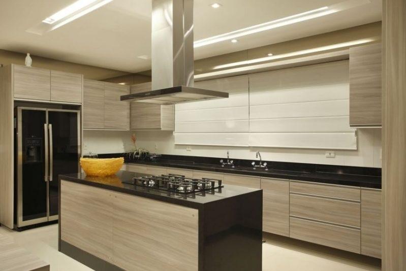 cozinha planejada com ilha em madeira
