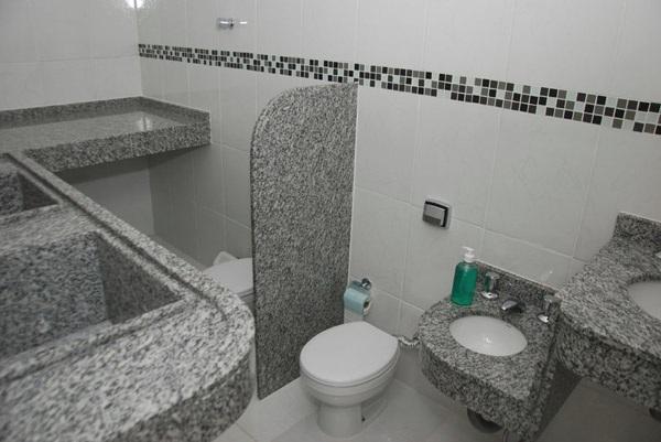 BANHEIROS DECORADOS COM FAIXAS – Digitei -> Banheiro Com Faixa De Pastilha Preta